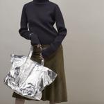 「ビューティフルピープル」変幻自在なアルミの形状記憶バッグ