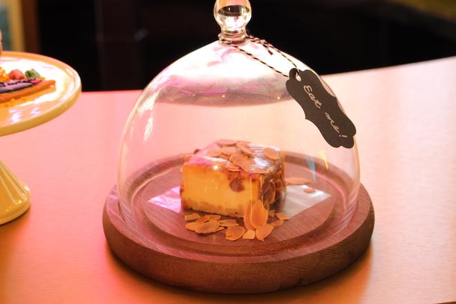 濃厚チーズケーキにビターなキャラメルソースをあわせたキャラメルNYチーズケーキ700円(税別)