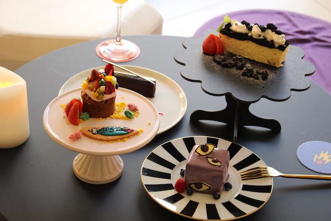 ロゴクッキーを添えたチョコレートのカップケーキ800円、目玉のアイコンを散りばめたホワイトチョコのブルーベリームース600円、オレオクッキーをたっぷりのせたNYチーズケーキ700円、生チョコのような濃厚リッチチョコレートケーキ700円