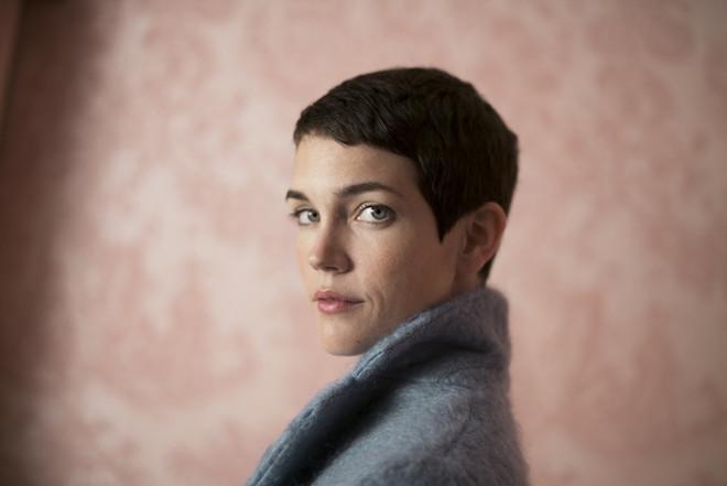 本作の監督を務めたセリア・ロールソン・ホール(Celia Rowlson-Hall) / Brigitte Lacombe
