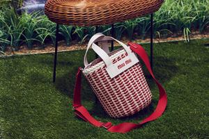 「エコレザー バケットバッグ」ホワイト×レッド(13万9,000円)