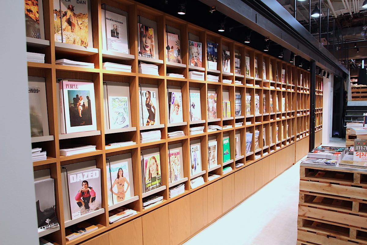 1階エントランスに雑誌が並ぶ「展示室」エリアは入場無料。企画展示される書籍の購入も可能