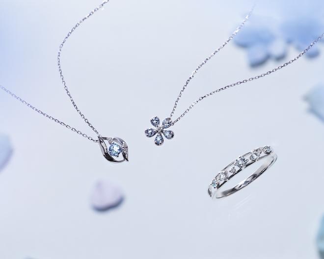 ネックレス(左から) ¥30,000+税 (K10WG/アクアマリン/ダイヤモンド) ¥32,000+税(K10WG/アクアマリン/ダイヤモンド) リング¥32,000+税 (K10WG/アクアマリン/ブルートパーズ/ダイヤモンド)
