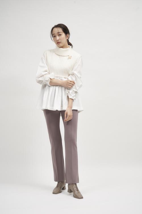 Knit ¥14,960 Pants ¥4,950 Ear cuff ¥2,970 Brooch ¥3,960 Shoes ¥15,950