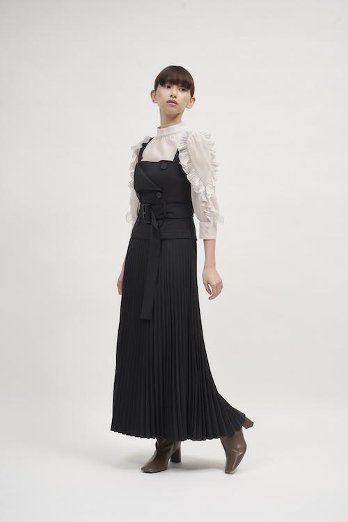 Dress ¥16,940 Blouse ¥11,550 Ear cuff ¥2,970 Shoes ¥17,600