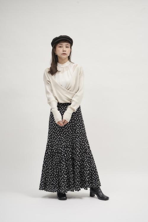 Knit ¥10,450 Skirt ¥13,970 Casquette ¥6,490 Pierced earrings ¥2,970 Shoes ¥14,850