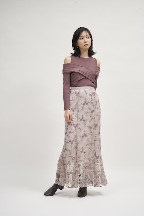 Knit ¥8,910 Skirt ¥16,940 Pierced earrings ¥2,970 Shoes ¥13,750
