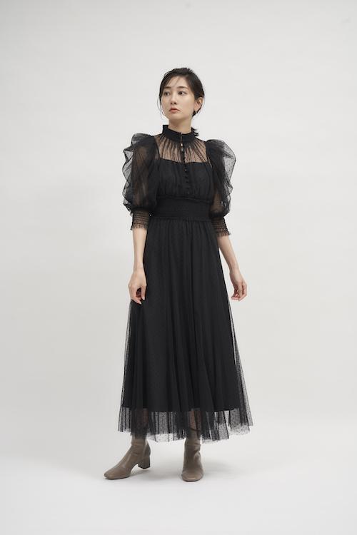Dress ¥19,800 Pierced earrings ¥2,970 Shoes ¥13,750